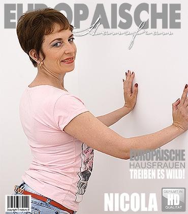Mature - Nicola S. (38) - Europäische Hausfrau fingert sich selbst