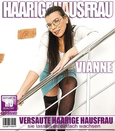 Mature - Vianne (42) - Haarige Hausfrau fingert sich selbst