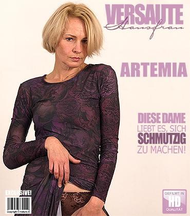 Mature - Artemia (44) - Geile Hausfrau fingert sich selbst