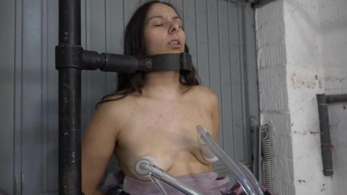 Aijana in the milking parlor. 2018-08-31. Amateure-Xtreme.com (52 Mb)