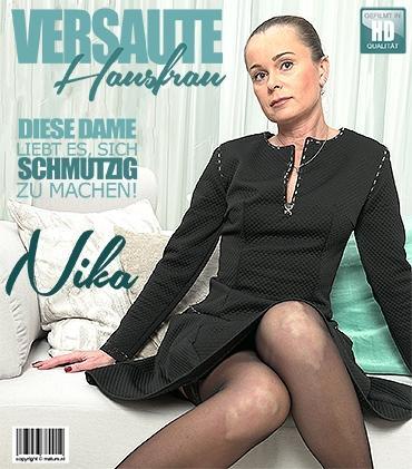 Mature - Nika (44) - Freche Hausfrau Nika fummelt herum