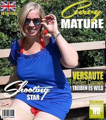 Mature - Shooting Star (EU) (45) - Britische kurvige Shooting Star spielt mit sich selbst im Garten