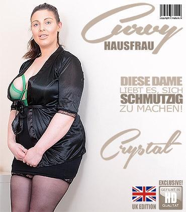 Mature - Crystal Smith (EU) (30) - Britische kurvige Hausfrau Crystal fingert sich selbst