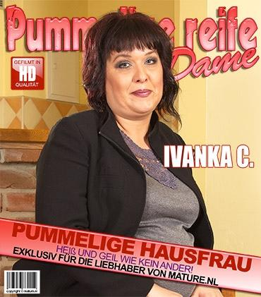 Mature - Ivanka C. (40) - Pummelige BBW fummelt herum