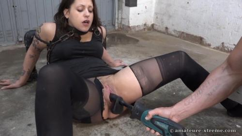 Samira in the garage. 2018-04-22. Amateure-Xtreme.com (94 Mb)