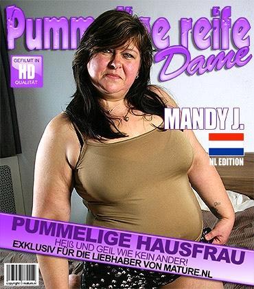 Mature - Mandy J. (45) - Niederländisch Pummelige reife Dame spielt mit ihren Spielzeugen